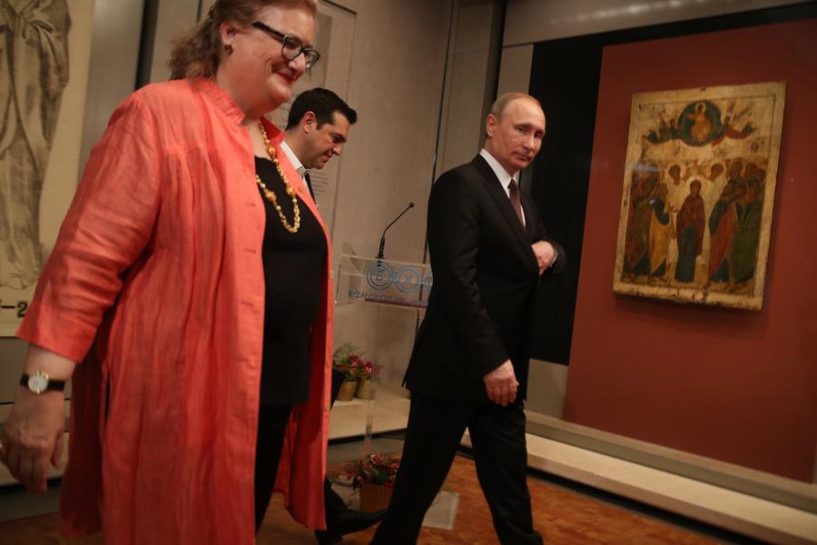 Ο πρωθυπουργός Αλέξης Τσίπρας (Κ) με τον Πρόεδρο της Ρωσίας Βλαντίμιρ Πούτιν (Δ) ξεναγούνται από την διευθύντρια του Βυζαντινού και Χριστιανικού Μουσείου Αικατερίνη Δελλαπόρτα (Α), στα εγκαίνια της έκθεσης του αριστουργήματος «Η Ανάληψη» του κορυφαίου Ρώσου αγιογράφου του Μεσαίωνα Αντρέι Ρουμπλιώφ, στο Βυζαντινό και Χριστιανικό Μουσείο Αθηνών, Παρασκευή 27 Μαΐου 2016. Ο Πρόεδρος της Ρωσικής Ομοσπονδίας, Βλαντίμιρ Πούτιν, πραγματοποιεί διήμερη επίσκεψη εργασίας στην Ελλάδα στο πλαίσιο του Αφιερωματικού Έτους Ελλάδας - Ρωσίας 2016. ΑΠΕ-ΜΠΕ/ΑΠΕ-ΜΠΕ/ΑΛΕΞΑΝΔΡΟΣ ΜΠΕΛΤΕΣ