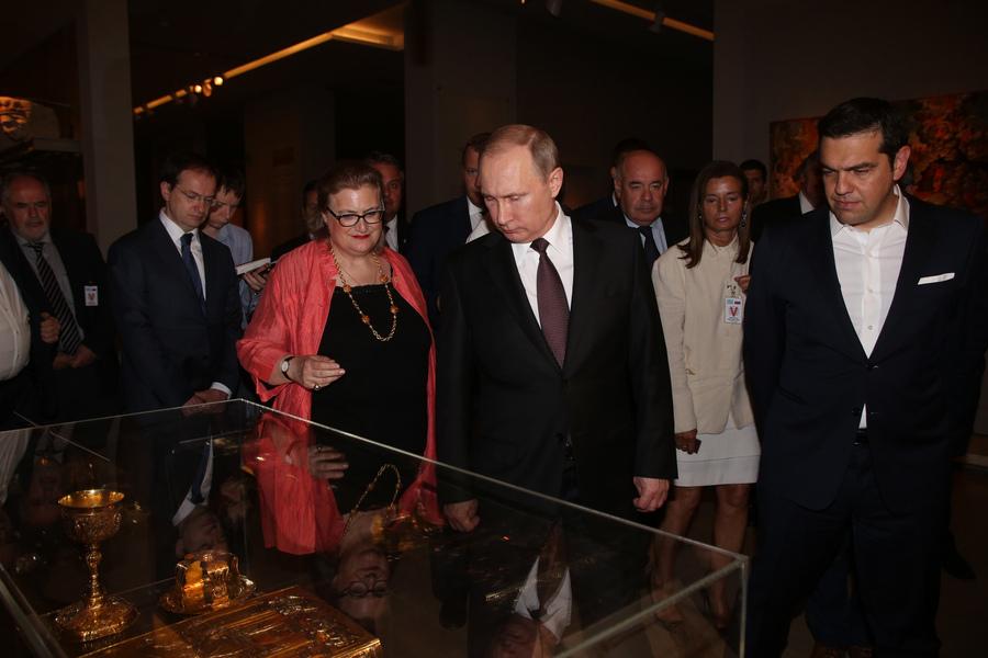 Ο πρωθυπουργός Αλέξης Τσίπρας (Δ) με τον Πρόεδρο της Ρωσίας Βλαντίμιρ Πούτιν (2Δ) ξεναγούνται από την διευθύντρια του Βυζαντινού και Χριστιανικού Μουσείου Αικατερίνη Δελλαπόρτα (3Δ), στα εγκαίνια της έκθεσης του αριστουργήματος «Η Ανάληψη» του κορυφαίου Ρώσου αγιογράφου του Μεσαίωνα Αντρέι Ρουμπλιώφ, στο Βυζαντινό και Χριστιανικό Μουσείο Αθηνών, Παρασκευή 27 Μαΐου 2016. Ο Πρόεδρος της Ρωσικής Ομοσπονδίας, Βλαντίμιρ Πούτιν, πραγματοποιεί διήμερη επίσκεψη εργασίας στην Ελλάδα στο πλαίσιο του Αφιερωματικού Έτους Ελλάδας - Ρωσίας 2016. ΑΠΕ-ΜΠΕ/ΑΠΕ-ΜΠΕ/ΑΛΕΞΑΝΔΡΟΣ ΜΠΕΛΤΕΣ