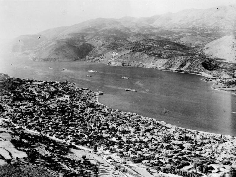 1953 13 ή 14 Αυγούστου. Αεροφωτογραφία του Αργοστολιού. Είναι πιθανόν το πολεμικό να είναι το DARING
